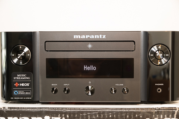 Marantz is toch wel een bekende naam in de markt van versterkers, dit jaar bracht Marantz de Melody X uit. Deze heb ik met de Definitive Technology D9 al enkele maanden in bezit, en na dagelijks gebruik wordt het toch lastig dit terug te sturen. Waarom? Dat leg ik uit! Pluspunten Klein en net afgewerkt Verlichting MP3/CD-player Afstandsbediening Gemakkelijk in te stellen WiFi/Bluetooth/Airplay etc. HEOS dat ook via andere devices te gebruiken is Minpunten Met 500 euro is het een kleine investering, maar dat zorgt wel voor een hoop gebruiksgemak! Naast de investering van de Melody X dienen er ook nog speakers aan te worden geschaft (mocht je die nog niet hebben) Geen aptX
